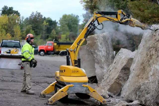 拆除工程 建築物的拆除工程 對工人的專業素質要求高,人工成本也高, 如果使用機器人拆除專家, 就能極大提高效率,降低成本: