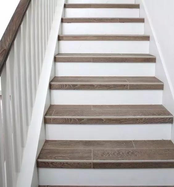 木紋磚背景牆別有風味,甚至有人還把木紋磚用到樓梯。