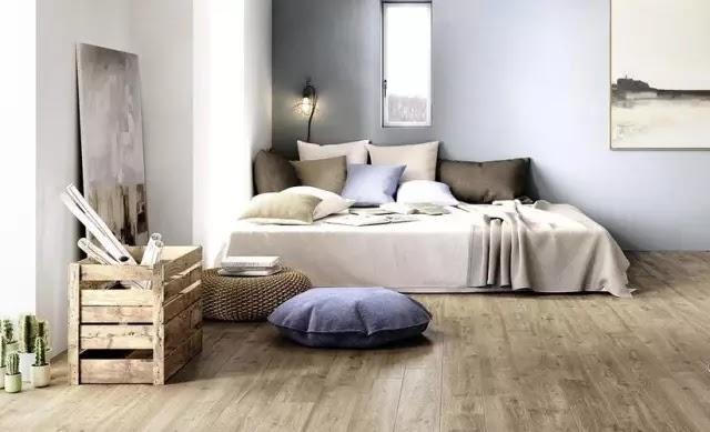 棕色系木紋 低調大氣 深邃的棕色系木紋或許不夠明豔,卻更凸顯安然寧靜的氣息。色彩相近的傢俱布藝,在視覺上顯得簡樸大氣